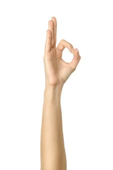 Ok sinal. mão de mulher gesticulando isolado no branco