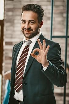 Okey gesto do atraente empresário de sucesso