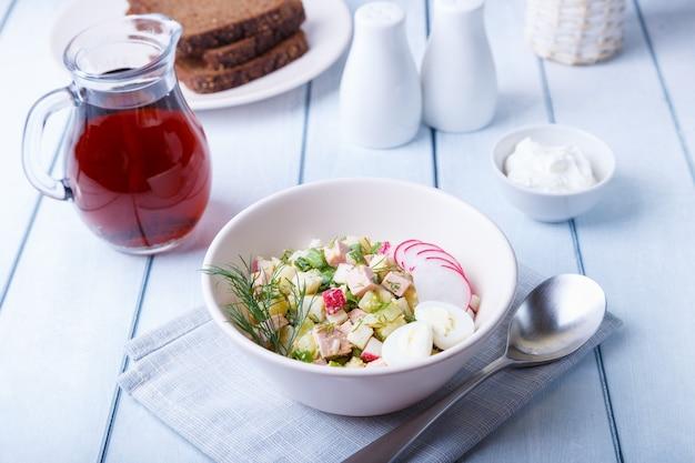 Okroshka com kvass e salsicha. sopa clássica fria russa tradicional. fechar-se.