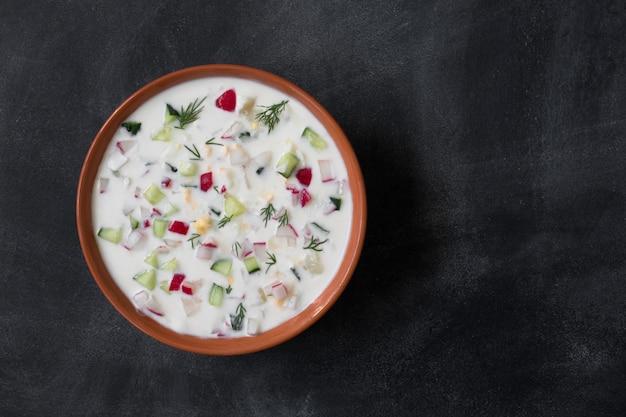 Okroshka. sopa fria de iogurte russo tradicional de verão com legumes
