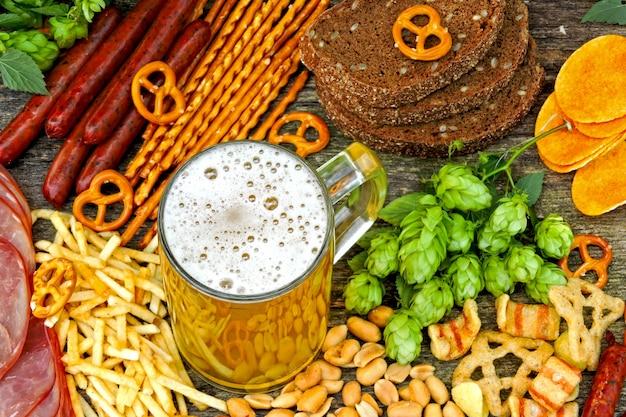 Oktober fest. copo de cerveja e cerveja lanches.