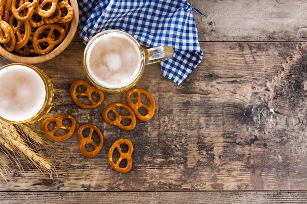 Oktoberfest cerveja e pretzel na mesa de madeira