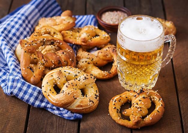 Oktoberfest salgados pretzels macios em uma tigela e cerveja da alemanha