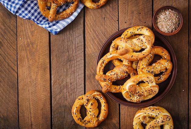 Oktoberfest salgou pretzels macios em uma tigela da alemanha. vista do topo