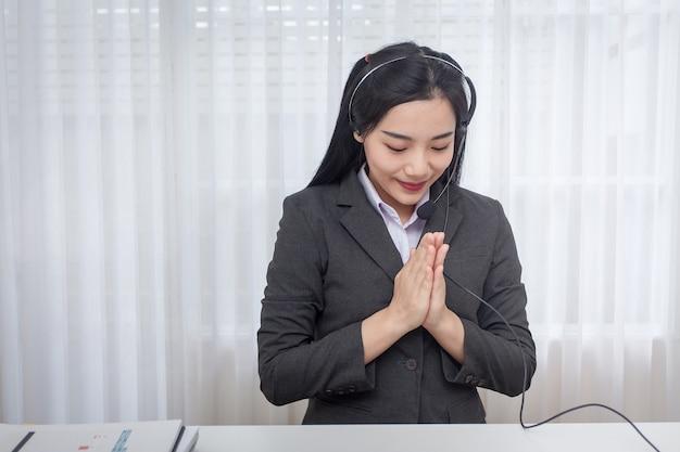 Olá, bem-vindo. operador de centro de atendimento da jovem mulher que trabalha no escritório. consultor de service desk