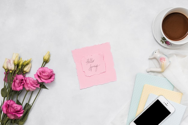 Olá inscrição de primavera com rosas e café