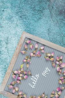 Olá, maio, pôster com flores desabrochando