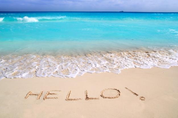 Olá mensagem feitiço escrito na areia da praia tropical