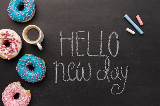 Olá novo dia com coleção de donuts e café