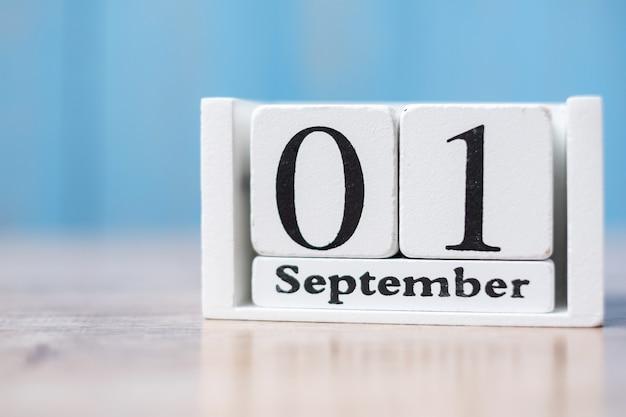 Olá setembro de calendário branco na madeira