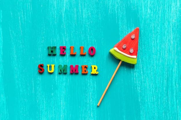 Olá texto de verão de letras coloridas e pirulito de melancia. conceito
