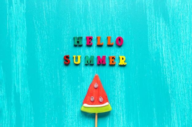 Olá texto de verão e pirulito de melancia na vara. cartão de modelo criativo de conceito