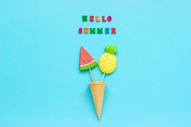 Olá verão colorido texto, abacaxi e melancia pirulitos na casquinha de sorvete.
