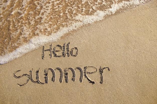 Olá verão escrito na praia.