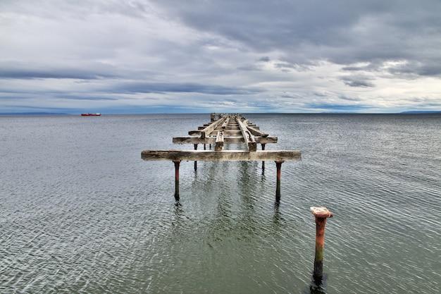 Old wharf no porto de punta arenas, patagônia, chile