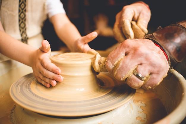 Oleiro profissional que faz a bacia na oficina de cerâmica