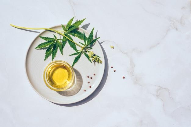 Óleo cbd de maconha medicinal. produtos de óleo de cânhamo cbd. detalhe macro do conta-gotas com óleo cbd