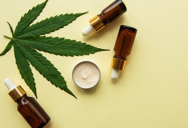Óleo cbd, tintura de cânhamo, produto cosmético de cannabis para os cuidados da pele. medicina alternativa, cannabis farmacêutica médica.