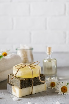 Óleo cosmético natural e sabão artesanal natural com bucha. cuidados com a pele saudável. conceito de spa