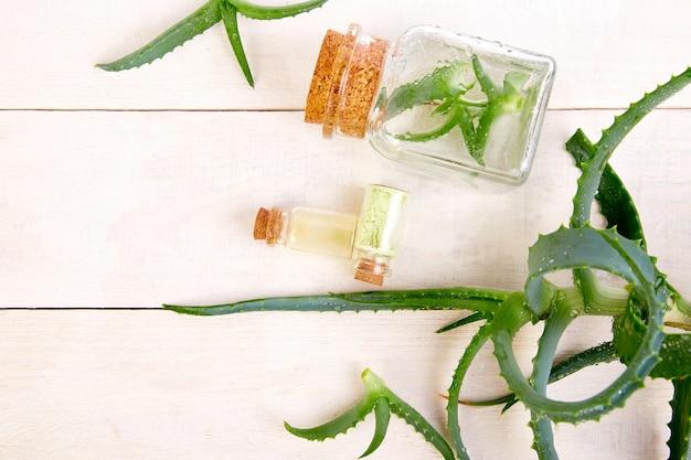 Óleo de aloe vera em frasco de vidro e toalha para spa