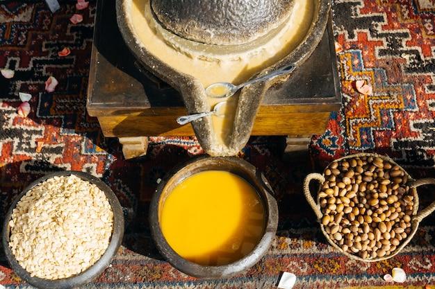 Óleo de argan - fabricação de óleo de argan a partir de nozes e sementes de argan no método tradicional de marrocos