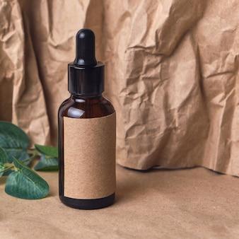 Óleo de aroma natural em um frasco conta-gotas de vidro âmbar marrom