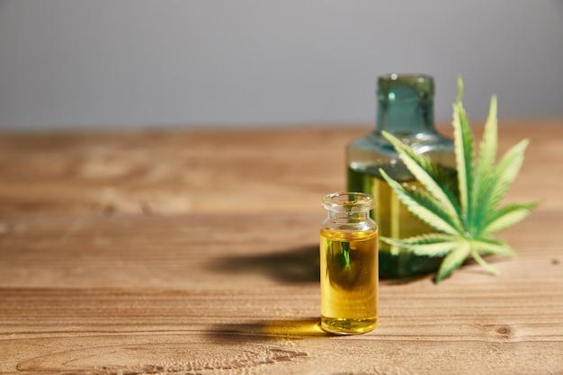 Óleo de cânhamo em uma garrafa de vidro