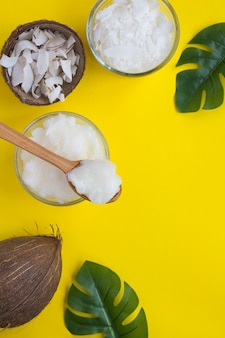 Óleo de coco, batatas fritas de coco e flocos de coco. produtos naturais. vista do topo. copie o espaço.