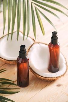 Óleo de coco com coco fresco para terapia alternativa em fundo de madeira
