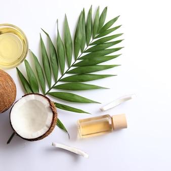 Óleo de coco e cocos, ramos de palmeira close-up. foto de alta qualidade