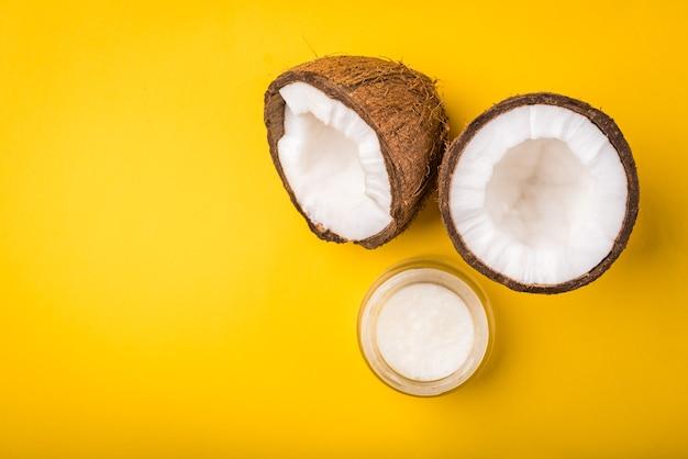 Óleo de coco isolado em amarelo