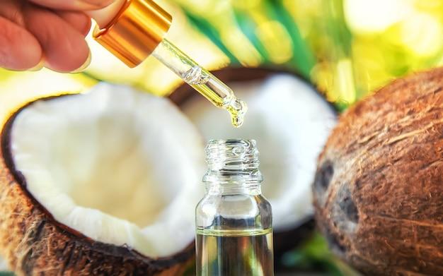 Óleo de coco natural em uma garrafa. foco seletivo.