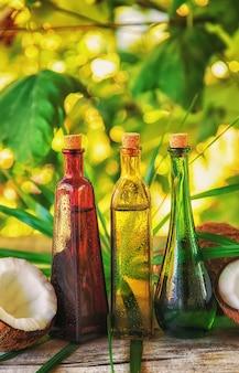 Óleo de coco natural em uma garrafa. natureza do foco seletivo.