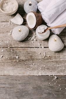 Óleo de coco, velas e toalhas