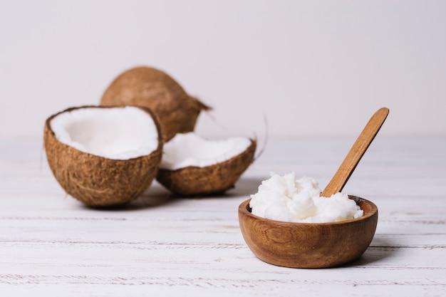 Óleo de cocos em tigela de madeira