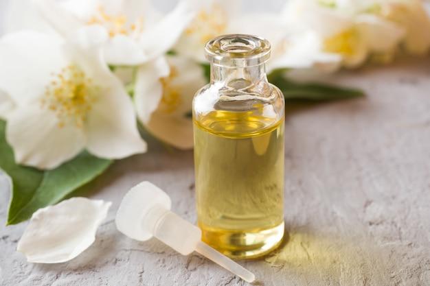 Óleo de jasmim. aromaterapia com óleo de jasmim. flores de jasmim