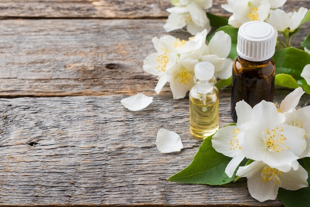 Óleo de jasmim. aromaterapia com óleo de jasmim.