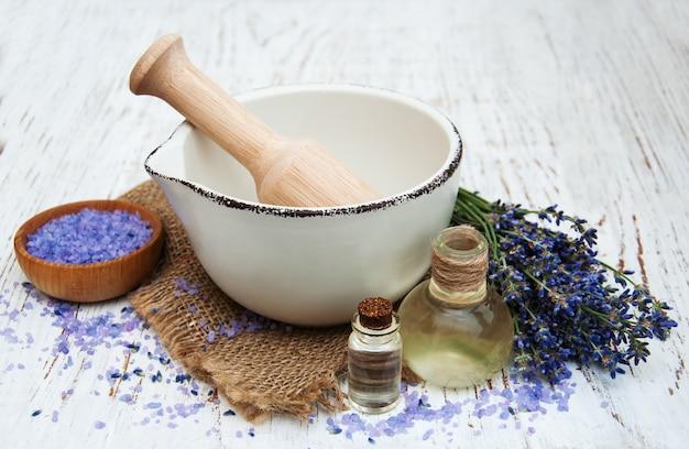 Óleo de lavanda com sal de banho e lavanda fresca