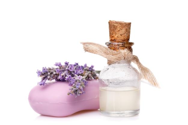 Óleo de lavanda em um frasco de vidro com sabão isolado em uma superfície branca