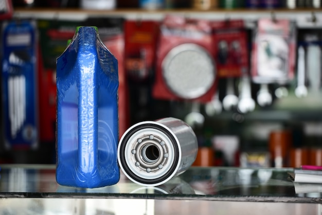 Óleo de motor e filtro de óleo para carros na loja, peças automotivas.
