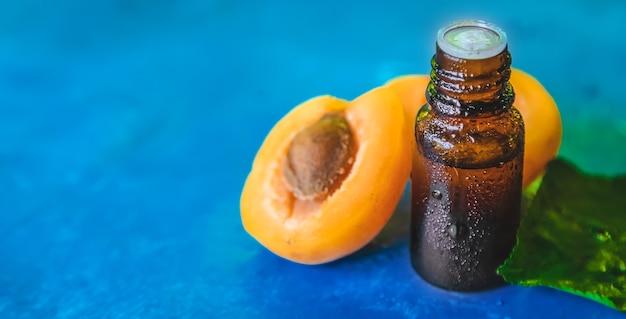 Óleo de semente de damasco em uma garrafa. foco seletivo.