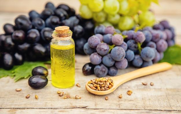 Óleo de semente de uva em uma pequena garrafa