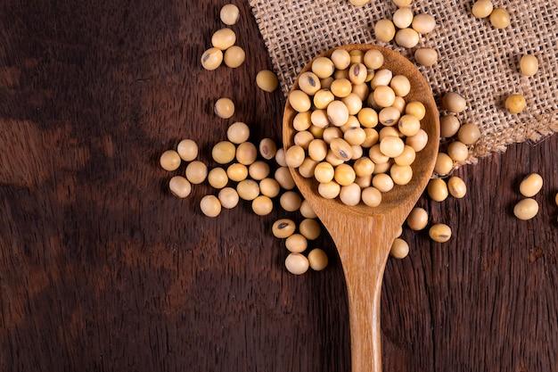 Óleo de soja em uma superfície de madeira. estilo rústico