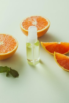 Óleo de tangerina na mesa em fundo claro