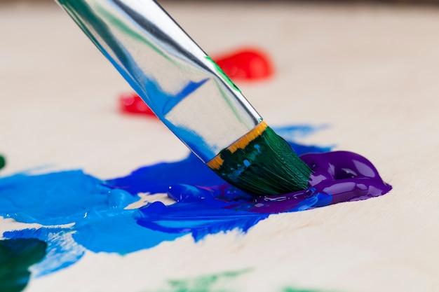 Óleo e outras tintas com pincéis para criatividade, o processo criativo de desenho misturando diferentes cores de tintas com pincéis artísticos, pincéis artísticos e tintas para pinturas de quadros