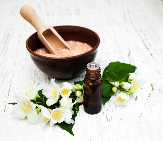 Óleo essencial com flor de jasmim