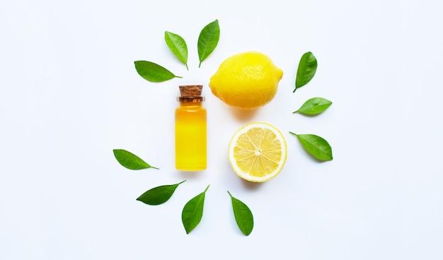 Óleo essencial com limão em branco.