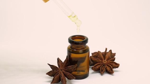 Óleo essencial de anis estrelado em pequenas garrafas. foco seletivo. natureza