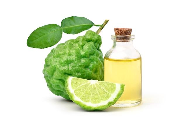 Óleo essencial de bergamota com fruta bergamota isolada no branco