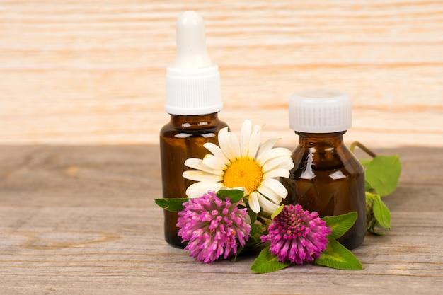 Óleo essencial de camomila e trevo em composição de garrafa pequena, spa ou bem-estar